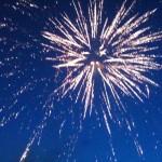 schönes Feuerwerk zur blauen Stunde